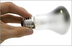 В квартирной электропроводке обычно используется однофазная сеть, т.е. только два провода: фазный, по которому электричество поступает в квартиру, и нулевой, по которому оно уходит обратно